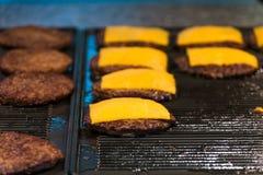 Cheeseburgers σε μια σχάρα Στοκ Φωτογραφίες
