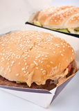 2 cheeseburgers в коробках Стоковое Изображение RF