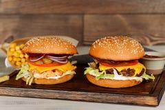 2 cheeseburgers в съемке крупного плана украшения Стоковые Фото