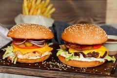 2 cheeseburgers в съемке крупного плана украшения Стоковая Фотография RF