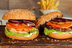 2 cheeseburgers в съемке крупного плана украшения Стоковая Фотография