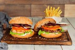 2 cheeseburgers в съемке крупного плана украшения Стоковое фото RF