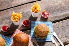 Cheeseburgers и столовый прибор с фраями Стоковое Фото