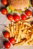 Cheeseburgers и фраи француза на деревянной плите Стоковое Фото