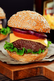 Cheeseburgers на деревянном столе с космосом экземпляра Стоковое фото RF