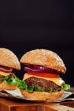 Cheeseburgers на деревянном столе с космосом экземпляра Стоковое Фото