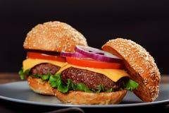 Cheeseburgers на деревянном столе с космосом экземпляра Стоковая Фотография RF