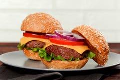 Cheeseburgers на деревянном столе с космосом экземпляра Стоковое Изображение RF