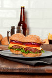 Cheeseburgers на деревянном столе с космосом экземпляра Стоковые Фотографии RF