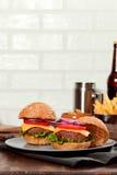 Cheeseburgers на деревянном столе с космосом экземпляра Стоковые Фото