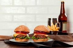 Cheeseburgers на деревянном столе с космосом экземпляра Стоковая Фотография