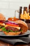 Cheeseburgers на деревянном столе с космосом экземпляра Стоковое Изображение