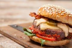 2 cheeseburgers на плюшках сезама Стоковое Изображение