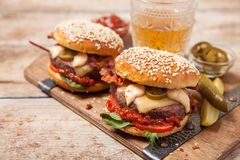 2 cheeseburgers на плюшках сезама Стоковые Фото