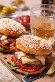 2 cheeseburgers на плюшках сезама Стоковые Изображения RF
