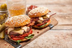 2 cheeseburgers на плюшках сезама Стоковое Изображение RF