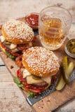 2 cheeseburgers на плюшках сезама Стоковые Изображения