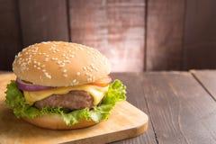 Cheeseburgers на плюшках с суккулентной говядиной на деревянном backgrou Стоковая Фотография