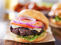 Cheeseburgers с крылами и пивом Стоковые Фото