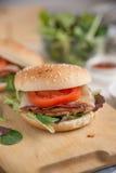 Cheeseburgers с салатом arugula на таблице Стоковые Фотографии RF