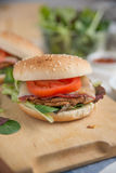 Cheeseburgers с салатом arugula на таблице Стоковое фото RF