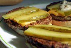 Cheeseburgers avec des conserves au vinaigre Photo libre de droits
