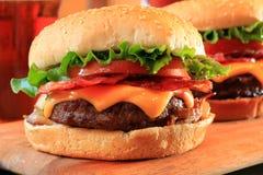 Cheeseburgers del tocino Imágenes de archivo libres de regalías