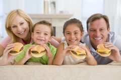 cheeseburgers eating family together στοκ φωτογραφία