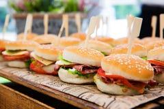 Cheeseburgers met groenten stock foto's