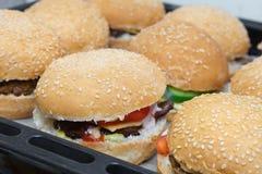 Cheeseburgers sur le plateau de cuisson Photos libres de droits