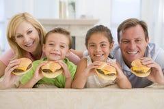 cheeseburgers target1557_1_ rodziny wpólnie Fotografia Stock