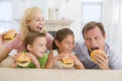 cheeseburgers target1588_1_ rodziny wpólnie zdjęcie stock