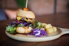 Cheeseburgerschotel stock afbeelding