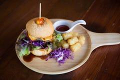 Cheeseburgerservierplatte stockfoto