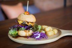 Cheeseburgerservierplatte lizenzfreies stockbild