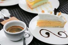 Cheesecake βακκινίων στο ξύλινο πιάτο, κέικ με τον καφέ στη καφετερία ή στο εστιατόριο, κέικ βακκινίων με τη μαρμελάδα σε ξύλινο Στοκ εικόνα με δικαίωμα ελεύθερης χρήσης