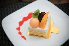Cheesecake βακκινίων στο ξύλινο πιάτο, κέικ με τον καφέ στη καφετερία ή στο εστιατόριο, κέικ βακκινίων με τη μαρμελάδα σε ξύλινο Στοκ Εικόνες