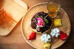 Cheesecake βακκινίων στο ξύλινο πιάτο, κέικ με τον καφέ στη καφετερία ή στο εστιατόριο, κέικ βακκινίων με τη μαρμελάδα σε ξύλινο Στοκ εικόνες με δικαίωμα ελεύθερης χρήσης