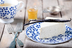 Cheesecake βανίλιας και μελιού σε ένα μπλε πιάτο Στοκ εικόνα με δικαίωμα ελεύθερης χρήσης
