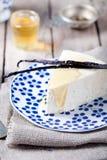 Cheesecake βανίλιας και μελιού σε ένα μπλε πιάτο Στοκ Εικόνα