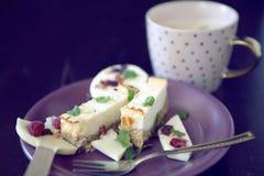 Cheesecake επιδόρπιο με τη σοκολάτα lollipop και το φλυτζάνι καφέ Στοκ Εικόνες