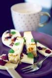 Cheesecake επιδόρπιο με τη σοκολάτα lollipop και το φλυτζάνι καφέ Στοκ εικόνες με δικαίωμα ελεύθερης χρήσης