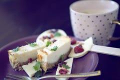 Cheesecake επιδόρπιο με τη σοκολάτα lollipop και το φλυτζάνι καφέ Στοκ Εικόνα