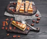 Cheesecake κέικ καρύδι καραμέλας Στοκ εικόνες με δικαίωμα ελεύθερης χρήσης