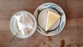 Cheesecake και κτυπημένη κρέμα Στοκ Φωτογραφία