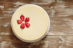 Cheesecake καραμέλας με τη φράουλα στοκ εικόνα με δικαίωμα ελεύθερης χρήσης