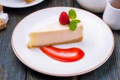 Cheesecake κλασικός με τη σάλτσα Στοκ Εικόνα
