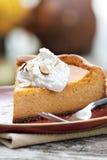 Cheesecake κολοκύθας πίτα με την κτυπημένη κρέμα Στοκ εικόνα με δικαίωμα ελεύθερης χρήσης