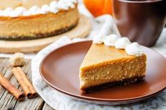 Cheesecake κολοκύθας που διακοσμείται με την κτυπημένη κρέμα στοκ εικόνα