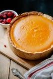 Cheesecake κολοκύθας στο ξύλινο υπόβαθρο Στοκ Φωτογραφίες